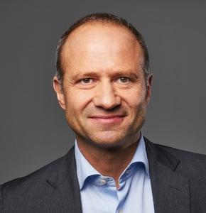 Rolf Heinz, Président de Prisma Media, reçoit le Trophée de l'Éditeur de l'année !